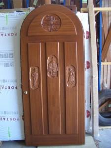 Puerta atablada con tallas