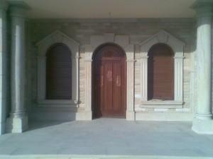 Puerta atablada con tallas y marcos curva